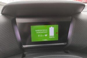 Displej pred vodičom je pomerne jednoduchý, no zobrazuje všetko potrebné a ma zaujímavé podsvietenie.