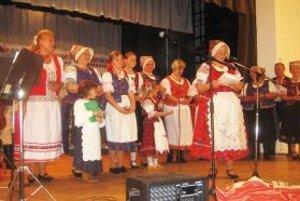 Na pódiu je FS Tradícia z Dražoviec.
