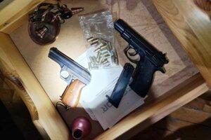 Okrem drog zaistili policajti aj dve pištole a náboje.