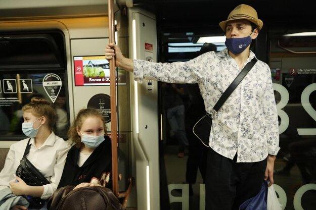 Cestujúci s ochrannými rúškami cestujú metrom v Moskve v piatok 2. júla 2021.