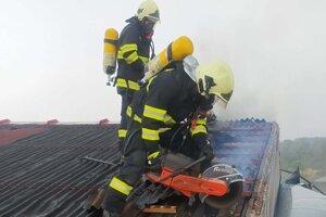 V Bošanoch horí výrobná hala.