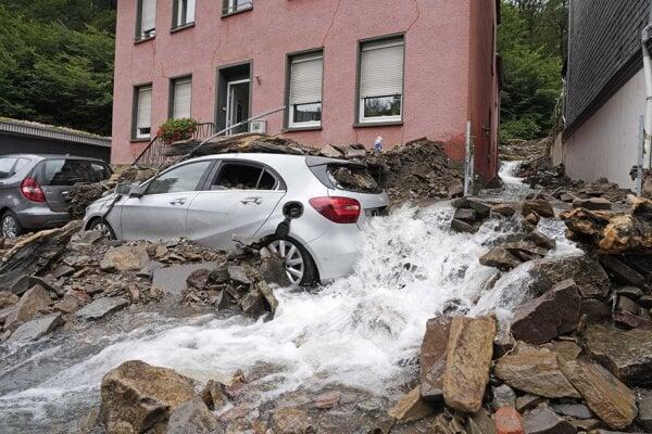 Záplavy v Nemecku brali domy aj autá.