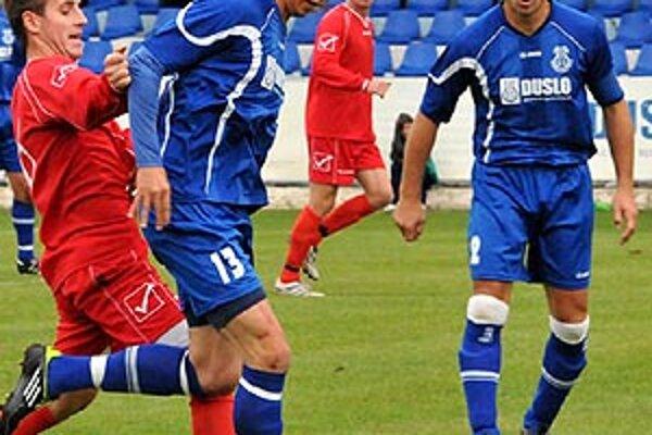S loptu obranca Šale Milan Mujkoš, ktorý otváral skóre proti Nemšovej.