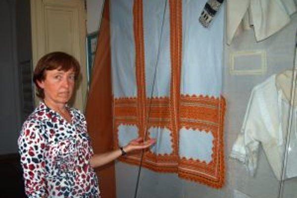 Veronika Géciová ukazuje tradičné ľudové výrobky našich predkov, zdobené čipkou a výšivkou – kútnu plachtu, košele a rukávce.