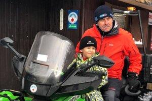 Dobrovoľný záchranár horskej služby J. Švorc s vnukom.