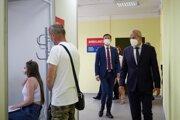 Premiér Eduard Heger v sprievode banskobystrického župana Jána Luntera pri návšteve krajského očkovacieho centra.