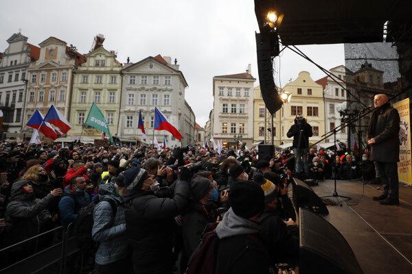 Václav Klaus (vpravo) vystupoval bez rúška aj na protestných zhromaždeniach proti koronavírusovým opatreniam.