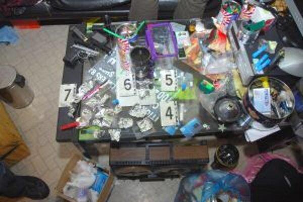 Polícia našla vo Veľkom Mederi zbrane aj drogy.