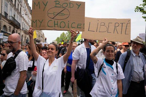 """Na proteste vo Francúzsku sa zúčastnili aj zdravotné sestry, na snímke držia v rukách plagáty s nápismi: """"Moje telo, moja voľba"""" a """"Sloboda""""."""