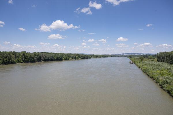 Pohľad na Dunaj smer Bratislava z Lužného mosta.