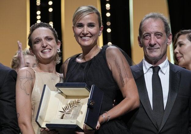 Tím víťazného filmu z Cannes Titane. Herečka Agathe Rousselle, režisérka Julia Ducournau a herec Vincent Lindon..