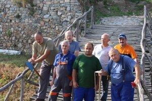 Na hrade počas týždňa pracovalo sedem chlapov, jeden bol dočasne na PN.