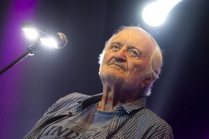 Milan Lasica počas spomienkového koncertu k nedožitým 70. narodeninám známeho speváka, skladateľa, klaviristu, herca, dramaturga aj humoristu Jara Filipa 24. júna 2019.