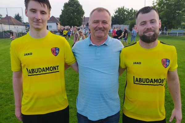 Šiestu ligu vystrelili Jarku bratia Adam (vľavo) a Juraj Habdákovci, ktorí šťastne zapózovali s otcom Jurajom, bývalým dlhoročným futbalistom rodnej dediny.