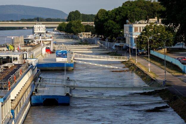 Vysoká hladina rieky Dunaj v Bratislave.