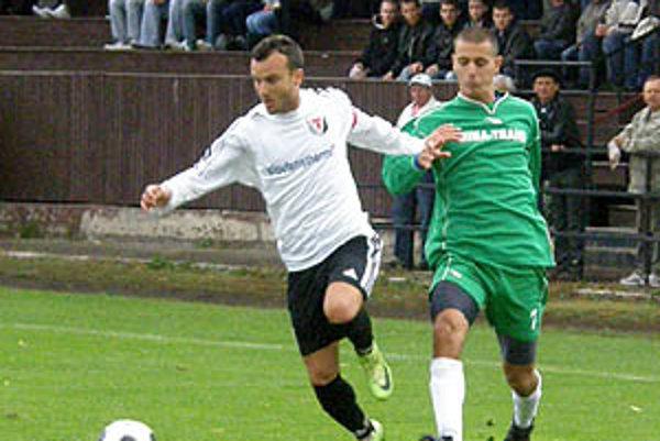Štúrovčan Tomáš Bábsky (v bielom) v sobotu otváral skóre proti rezerve ViOnu.