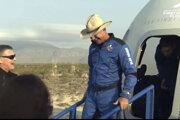 Jeff Bezos si na cestu do vesmíru vzal kovbojský klobúk. Na zábere vystupuje z kapsuly po pristáti v Texase.