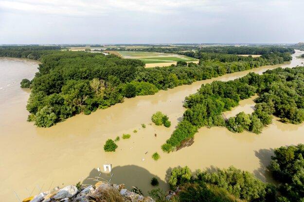 Pohľad na rieku Morava pred sútokom s Dunajom z hradu Devín v Bratislave 20. júla 2021.