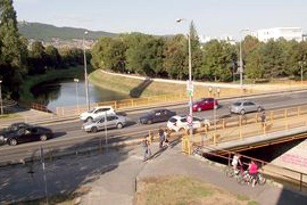 Univerzitný most spája centrum mesta a Chrenovú.