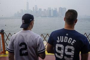 Na snímke je zadymený Manhattan.