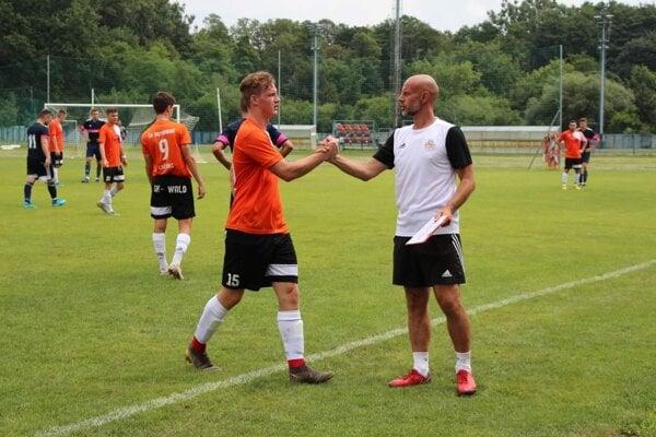 Marcel Turňa (vpravo v bielom) počas prípravného zápasu svojho tímu