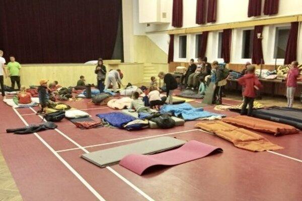 Deti zo skautského tábora museli prespať v Kultúrnom dome.