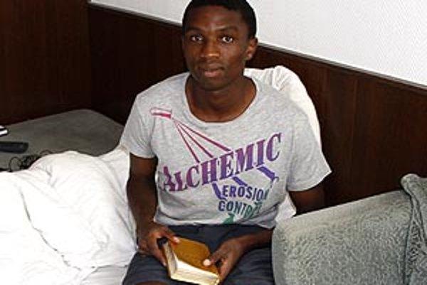 Sibusiso N'Tuli má svoje dočasné bydlisko v izbe na štadióne FC Nitra. V ruke práve drží Bibliu.