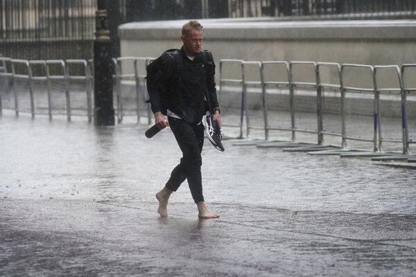 Londýn zasiahol prudký dážď.