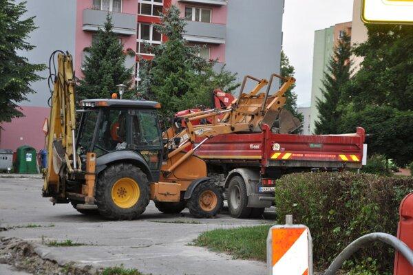 Oprava cesty a chodníka na ulici Pelhřimovská.