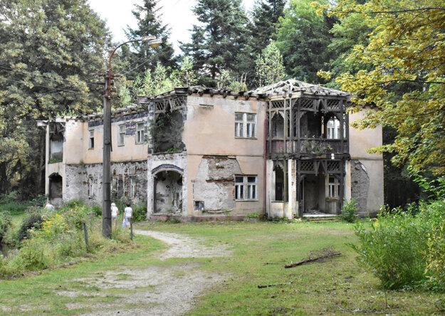 Z vily Praha je ruina, kraj ju chce zbúrať a postaviť jej repliku. Má tam byť apartmánový dom.
