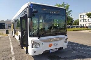 Nový autobus v MHD.