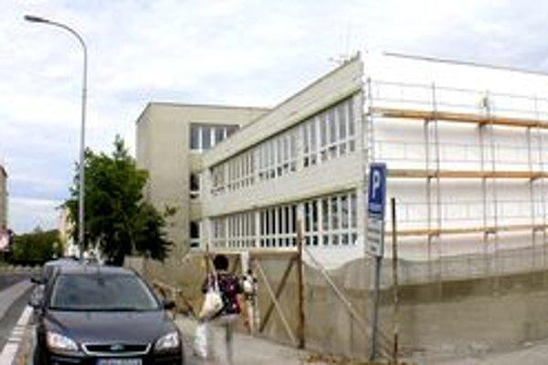 K policajnej budove na Piaristickej pribudla prístavba. Spolu s oddelením dokladov tu bude sídliť dopravný inšpektorát.