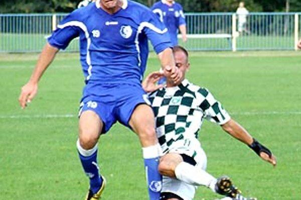 Šamorín zdolal Pezinok jasne 4:0, pri lopte Špánik (v modrom).