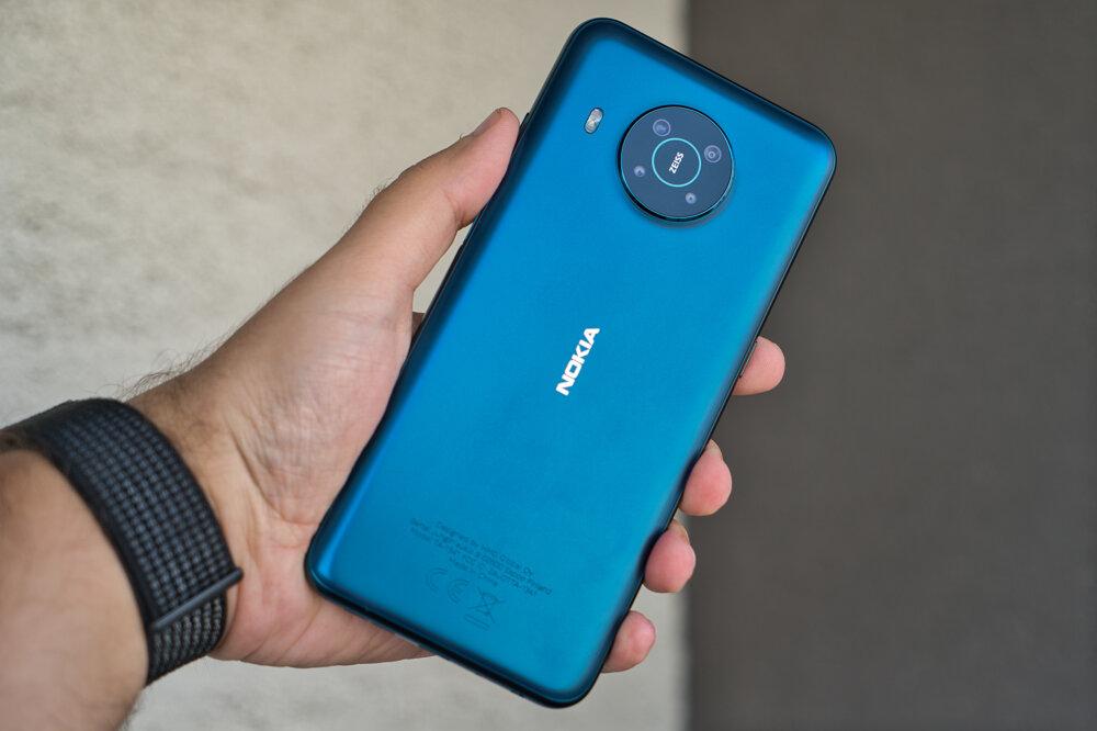 Hneď, ako sa vám Nokia X20 dostane do ruky, neprehliadnete lacno pôsobiaci plast.