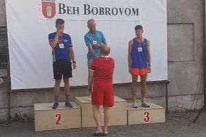 Hlavnú časť mužských pretekov ovládol Pavol Bakoš z Chlebníc (v strede).