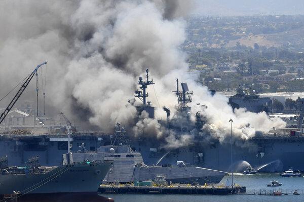 POžiar vojnovej lode USS Bonhomme Richard kotviacu pri pobrežnom meste San Diego.