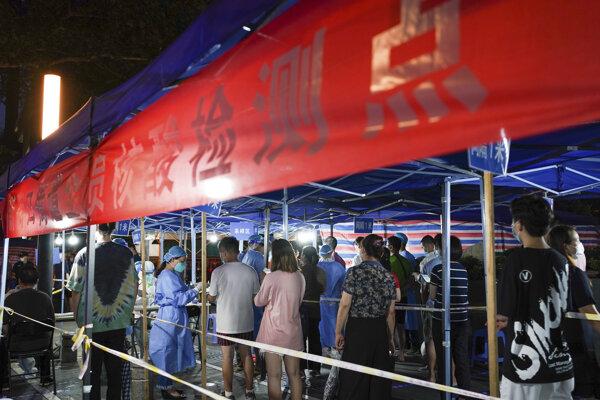 Číňania čakajú v rade na testovanie na koronavírus v provincii Ťiang-su.
