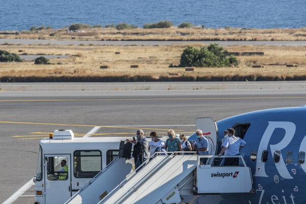 Turisti prichádzajú na grécky ostrov Kréta.