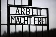 Brána bývalého nacistického tábora smrti Sachsenhausen.