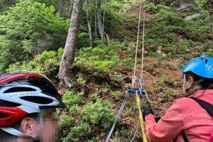 Horskí záchranári pomáhali turistke, ktorá uviazla na ferrate na Martinských holiach.