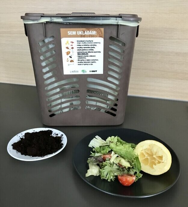 Každá domácnosť dostala 10 litrový košík určený na zber kuchynského odpadu.