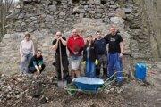Dobrovoľníci už odpracovali na Starom hrade desiatky víkendov iveľa dní vtýždni.