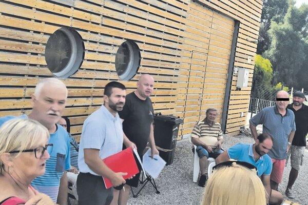 Jednou zpodmienok kolaudácie elektrárne na Zúgove je oprava príjazdovej cesty okolo záhradkárskej kolónie. Investor tvrdí, že ju už opravil. Ľudia stým nesúhlasia.