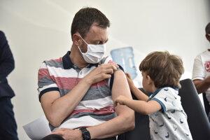 Predseda vlády Eduard Heger dostal nedávno druhú dávku vakcíny AstraZeneca proti ochoreniu Covid-19. Na zábere sedí v čakárni aj so svojím synom  v očkovacom centre na Národnom futbalovom štadióne v Bratislave.