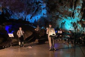 Divadlo Gasparego pod vedením Jána Mikuša odohralo priamo v priestoroch Demänovskej jaskyne slobody scénu z čias jej objavenia.