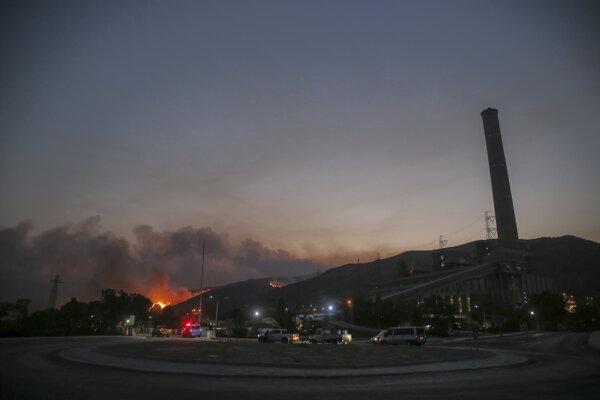 Oheň sa približuje k tepelnej elektrárni.