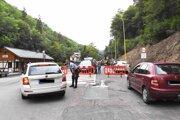 Mestská polícia usmerňuje vodičov a monitoruje situáciu počas uzávery cesty.