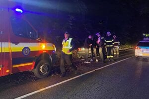 Zásah záchranárov a polície pri nehode.