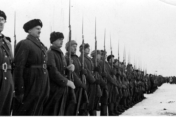 Vojaci Poľskej armády v ZSSR na slávnostnej prehliadke, fotografia pravdepodobne z roku 1941.