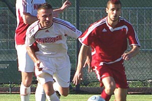 Osud futbalistov Ludaníc (v bielom) je neistý.
